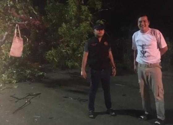 กำแพงเพชร- อำเภอคลองลาน ลงพื้นที่ตรวจสอบ เนื่องด้วยเกิดฝนตกหนักตั้งแต่ 18.30 น.ทำให้ต้นไม้ใหญ่เกิดโค่นพาดขวางทางถนนสัญจร