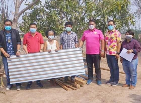 กำแพงเพชร-อบต.ห้วยยั้งมอบวัสดุซ่อมแซมที่อยู่อาศัย หลังพายุพัดบ้านเรือนชาวบ้านเสียหาย