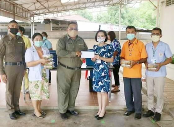 กำแพงเพชร-ตำรวจ สภ.พรานกระต่าย ส่งมอบอาหารให้บุคลากรทางการแพทย์ รพ.พรานกระต่าย