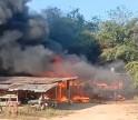 กำแพงเพชร-เพลิงกระหน่ำรับอรุณเผาบ้านไม้สักวอดทั้งหลังในพริบตา เจ้าของไปธุระนอกบ้านไม่ถึง20 นาที ถึงช็อคสะใภ้โทรแจ้งข่าวร้ายไฟไหม้บ้านทั้งหลังเห็นเพลิงโหมถึงกับเข่าอ่อนสิ้นเนื้อประดาตัว